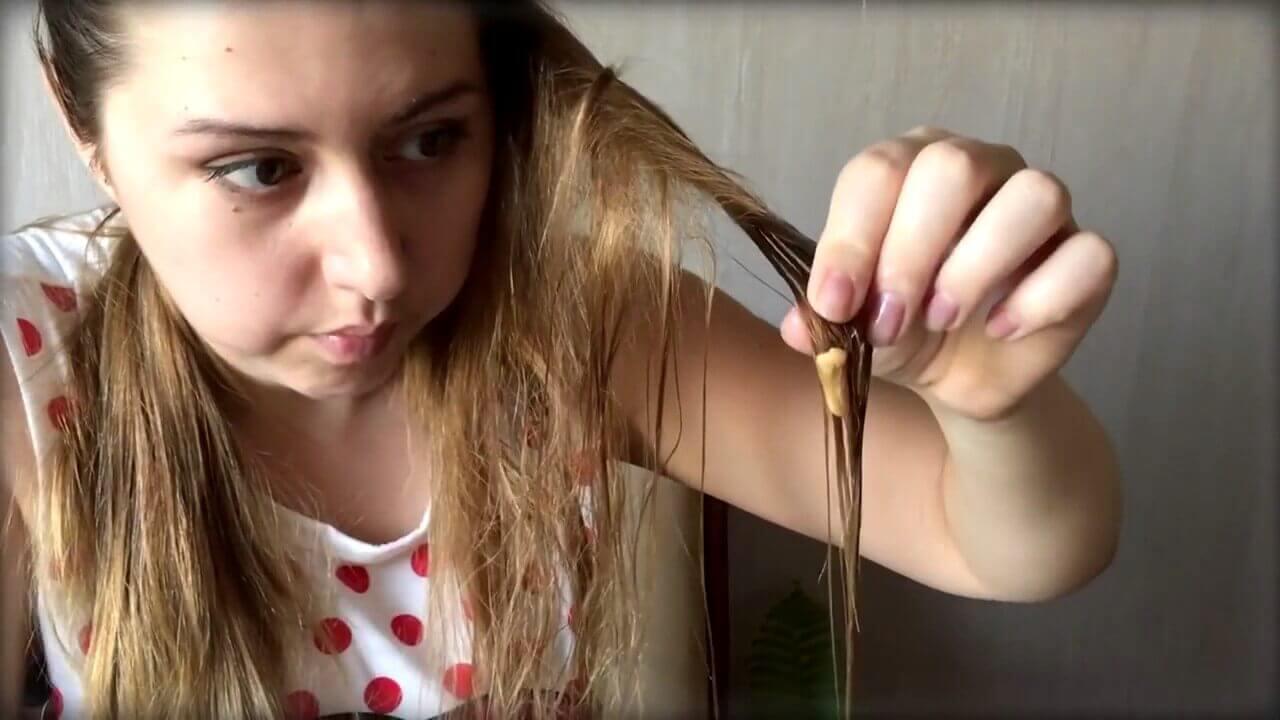Жвачка в локонах волос